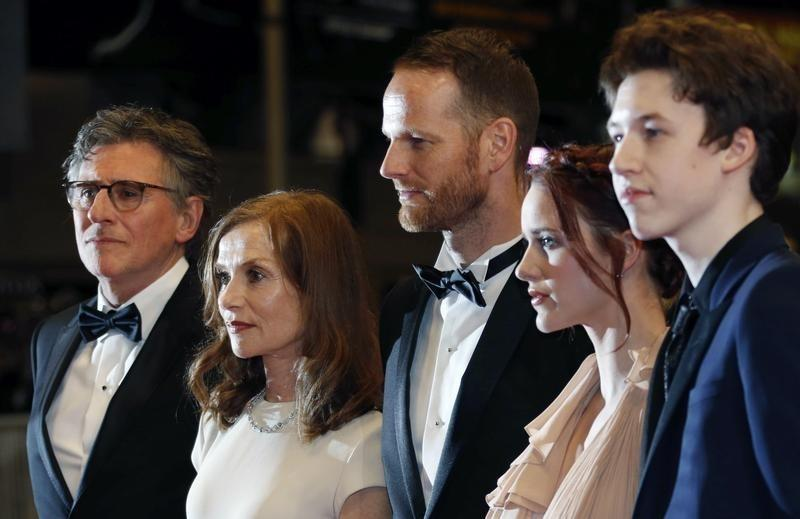 "(L-R) Cast members Gabriel Byrne and Isabelle Huppert, Director Joachim Trier, cast members Rachel Brosnahan, and Devin Druid pose on the red carpet as they arrive for the screening of the film ""Louder Than Bomb"" in competition at the 68th Cannes Film Festival in Cannes, southern France, May 18, 2015. REUTERS/Regis Duvignau"