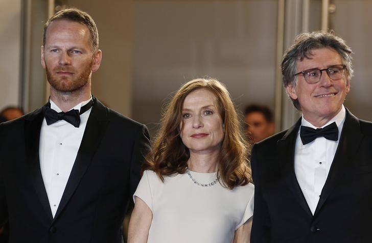"(L-R) Director Joachim Trier, cast members Isabelle Huppert and Gabriel Byrne pose on the red carpet as they arrive for the screening of the film ""Louder Than Bomb"" (Plus fort que les bombes) in competition at the 68th Cannes Film Festival in Cannes, southern France, May 18, 2015. REUTERS/Regis Duvignau"